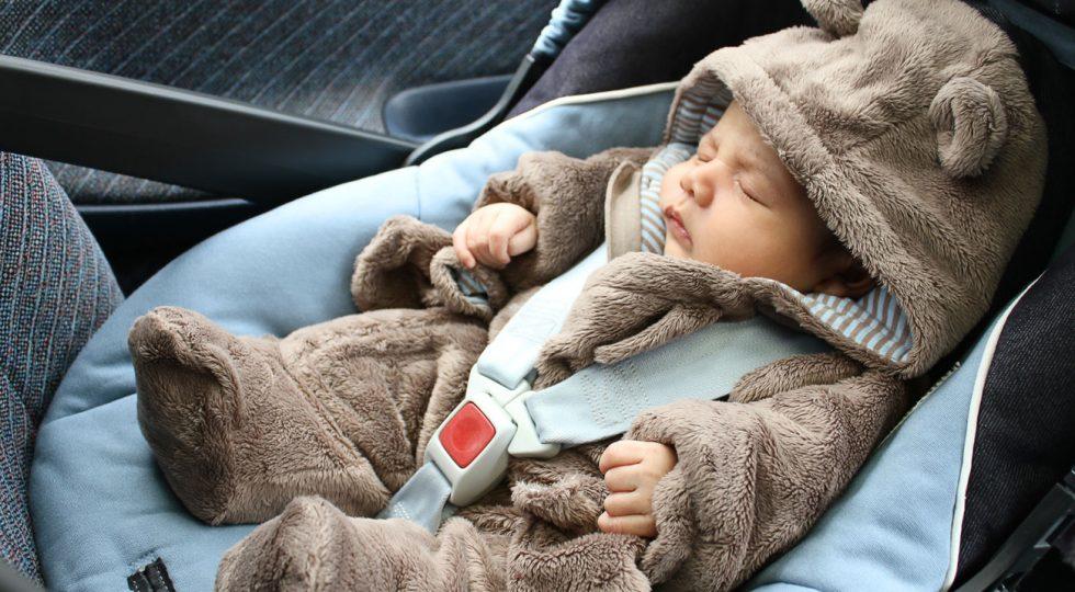 Por qué este bebé nunca debería viajar así en el coche