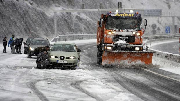 ¿Qué debes hacer si te quedas atrapado con el coche en la nieve?
