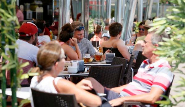 La llegada de turistas extranjeros a España cae en agosto pero mantiene el crecimiento anual