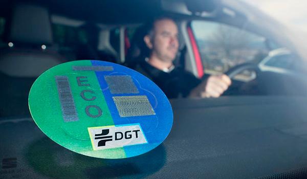 ¿Cómo puedo conseguir el distintivo ambiental de la DGT para mi coche?
