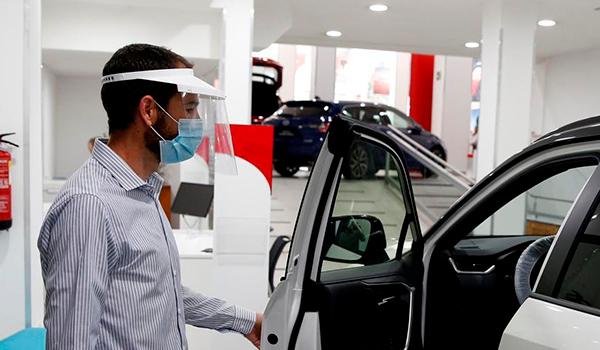 La venta de coches cae un 73% pese a abrir los concesionarios