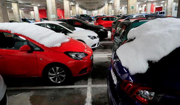 Por qué no deberías quitar el hielo del coche usando la calefacción según la DGT