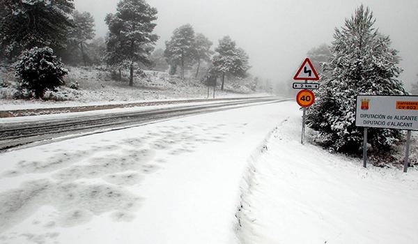 ¿Miedo a conducir con hielo? La DGT te ofrece los cuatro trucos básicos